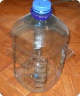 Прочее: Готовая кормушка для птиц из пятилитровой пластиковой бутылки
