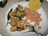Кулинария: Подготовленные ингредиенты для салата с креветками и мидиями