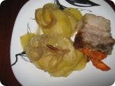 Кулинария: Готовое запеченное сало с картошкой на тарелке