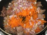 Кулинария: Тушим мясо с морковью и луком