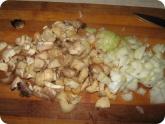 Кулинария: Нарезанные ножки грибов и лук