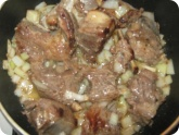 Кулинария: Обжариваем ребрышки с луком
