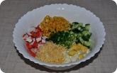 Кулинария: Подготовленные ингридиенты для салата с крабовыми палочками - фото